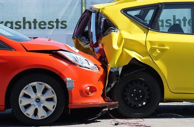 dwa zderzone samochody